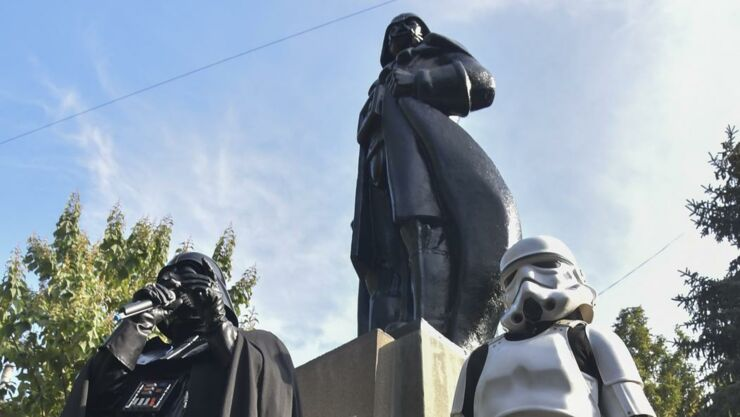 ct-star-wars-lenin-statue-in-ukraine-gets-dart-003