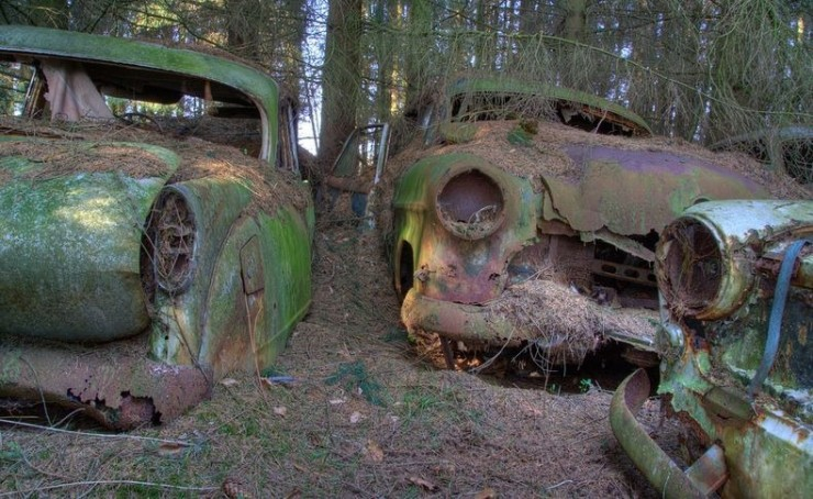 The Abandoned Chatillon Car Graveyard Looks Like Scenes From A Post-Apocalyptic Movie - 02