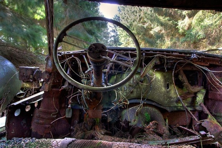 The Abandoned Chatillon Car Graveyard Looks Like Scenes From A Post-Apocalyptic Movie - 09.