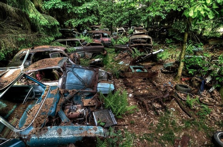 The Abandoned Chatillon Car Graveyard Looks Like Scenes From A Post-Apocalyptic Movie - 08.