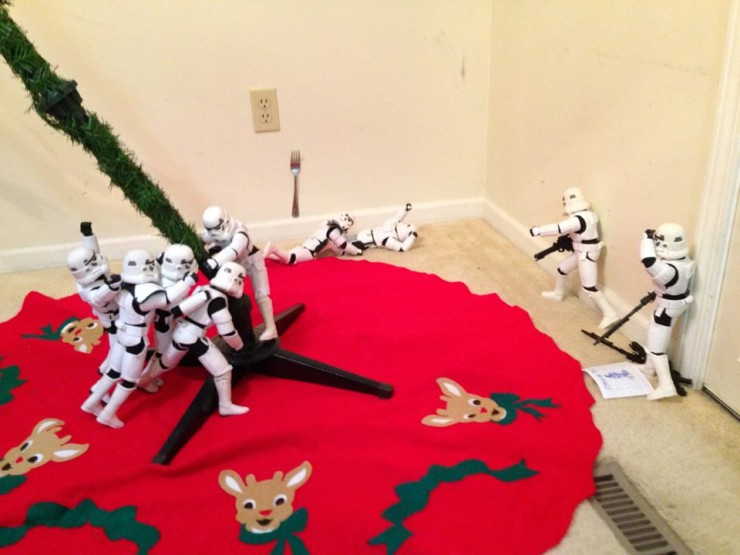 Stormtroopers put up the xmas tree 05.