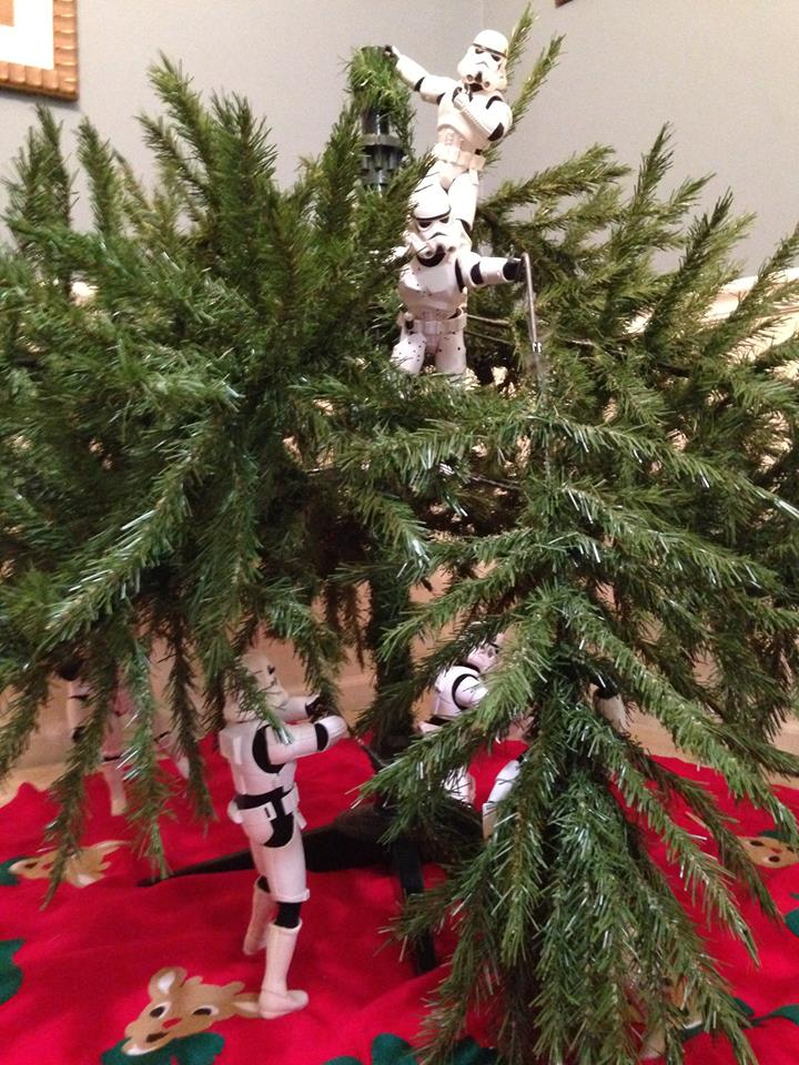 Stormtroopers put up the xmas tree 09.