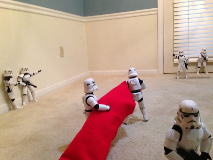 Stormtroopers put up the xmas tree 01.