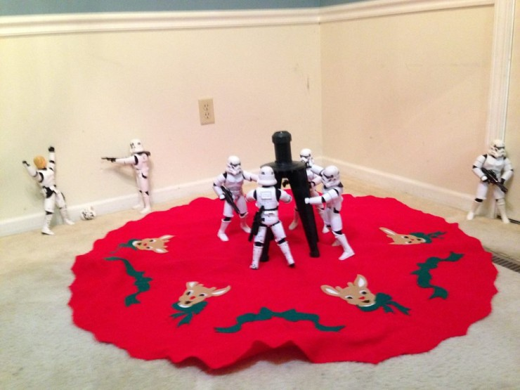 Stormtroopers put up the xmas tree 03.