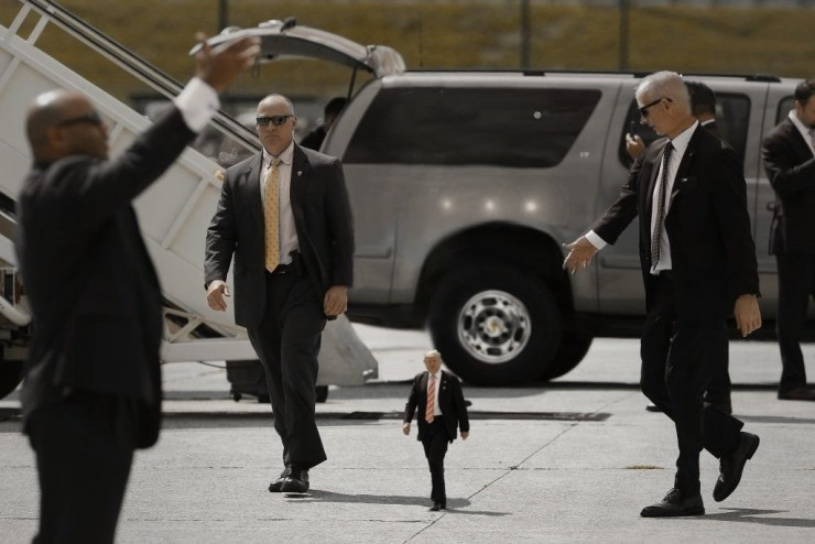 Tiny Trump Memes shrink Donald Trump to the size of a Child 01.